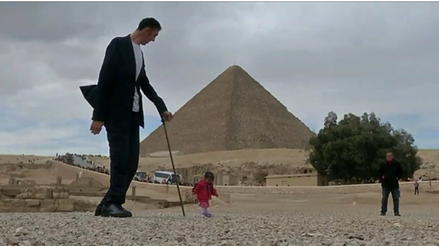 World's tallest man meets world's shortest woman in Egypt